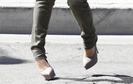 Kim_Kardashian_Twisted_Ankle_TOP